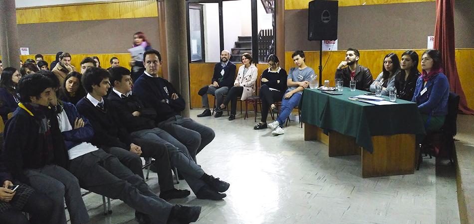 Ex estudiantes conversan con IV° Medios sobre su experiencia universitaria.